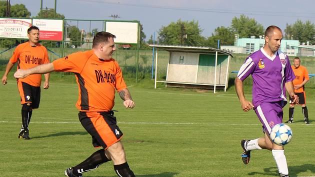 Utkání fotbalových starých gard: Podlusky (v oranžovém) - Střížovice.