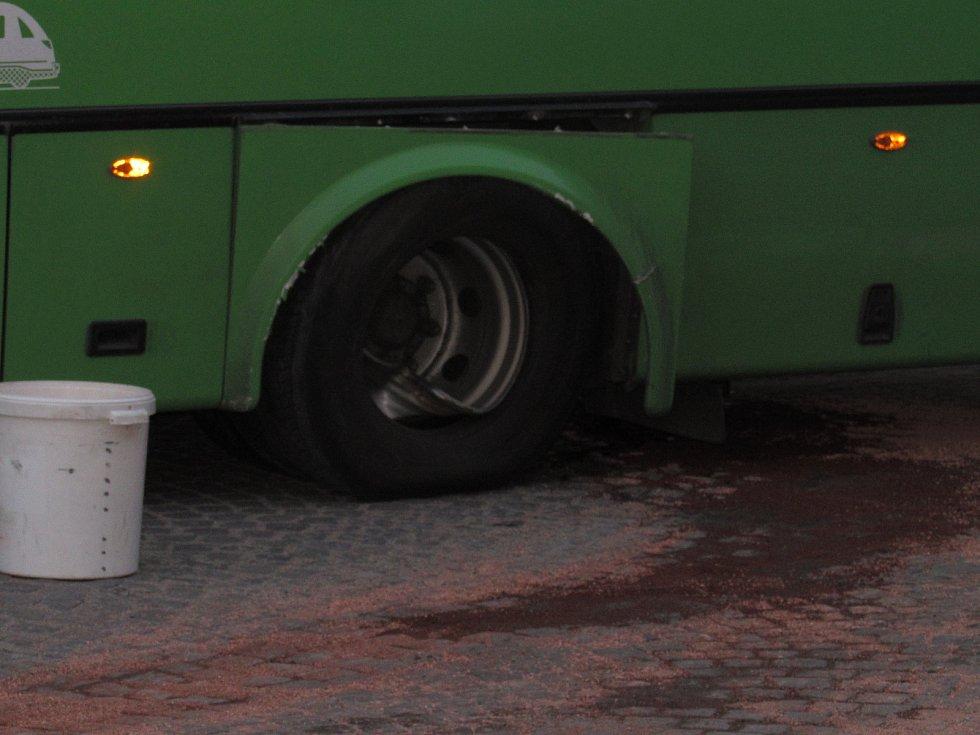 Samovolně rozjetý autobus bez řidiče drtil 31. května v Úštěku lampy a dopravní značky.