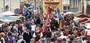 Tisíce návštěvníku zaplavilo Úštěcký letní jarmark. Na jubilejní 20. ročník dorazil i císař a král Karel IV. se svojí družinou.