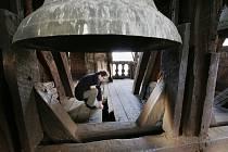 Na Štědrý den při zvonění na odpolední bohoslužbu ve zvonici v Roudnici nad Labem upadlo znějícímu zvonu srdce. Prorazilo podlahu zvonice a spadlo z patnácti metrů na zem.