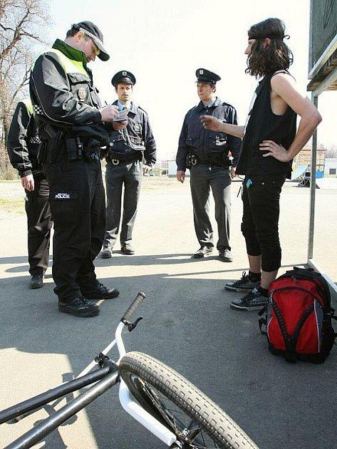 Kontroly cyklistů a alkoholu na ulici v Lovosicích.