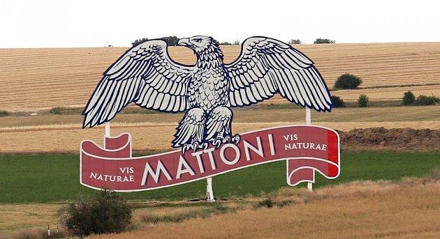 Proměněný orel Mattoni poblíž dálnice D8 uKeblic