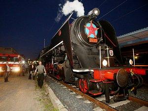 Hasiči z Litoměřic doplňovali vodu parní lokomotivě přezdívané Šlechtična.