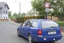 Bez povolení obecního úřadu je vjezd osobním autům na cestu směrem k lovosickému přívozu zakázaný.