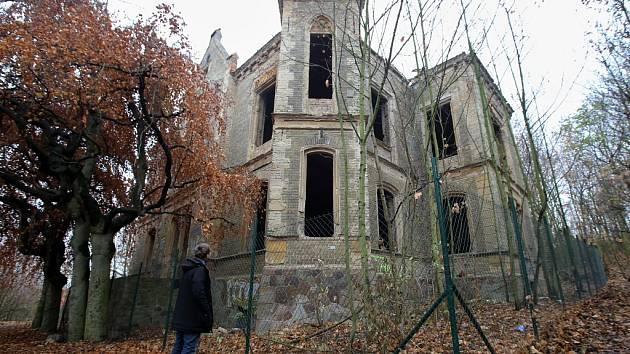 Chátrající vila Pfaffenhof u Litoměřic