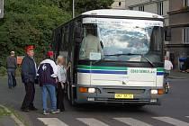 NÁHRADNÍ DOPRAVA. Výluka na železniční trati vyžáduje, aby přepravu zajišťovaly autobusy. Deník v úterý dopravce upozornil, že při nastupování nikdo nekontroluje jízdenky.
