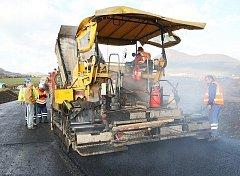 Na novém dálničním přivaděči u Lovosic probíhá v těchto dnech pokládka finální vrstvy živičného povrchu.