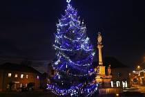 O víkendu se rozsvítí vánoční stromy v několika městech okresu. Nejinak tomu bude i v Libochovicích, kde měli vloni takto nazdobený strom.