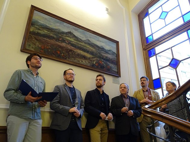 Ředitel KS Lovoš Vojtěch Krejčí (třetí zleva) v Pfannschmidtově vile při odhalení obrazu Českého středohoří v rámci Dnu lovosických autorů