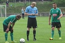 První s druhým. To byl zápas okresního přeboru Pokratice (v zeleném) - Libotenice. Domácí svého soka smetli 6:0. Fotbalisté Pokratic ilustrační