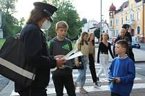 Akce Zebra se za tebe nerozhlédne. Policejní preventisty mohly děti potkat ve středu 1. září také u přechodu v blízkosti Základní školy Boženy Němcové v Litoměřicích.