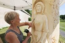 V areálu zámeckého parku v Libochovicích vyrábějí sochaři z kmenů pokácených kaštanů včelí úly.