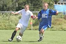 Hráči Trmic (v bílém) byli po závěrečném hvizdu spokojenější než hráči Liběšic.