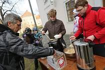 POCHUTNALI SI a přispěli. Na rybí polévku připravenou v roudnické Zámecké restauraci se o Štědrém dnu zastavily desítky lidí.
