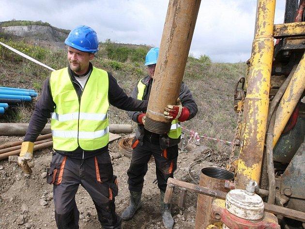 PRŮZKUM sesunutého svahu prováděli v minulých týdnech geologové.
