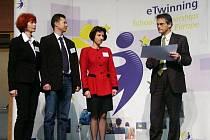 Kulturní atašé francouzského velvyslanectví předává 1. cenu Gymnáziui Lovosice.