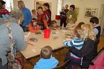 """Téměř dvě stovky návštěvníků si nenechaly v sobotu ujít závěrečnou výtvarnou dílnu k výstavě Jiřího Šalamouna s názvem """"Maxisvět Maxipsa Fíka"""" v Severočeské galerii výtvarného umění v Litoměřicích."""