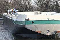 Lhotka nad Labem - spuštění další lodi na vodu.