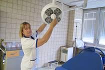 Na porodním sále litoměřické nemocnice byla nainstalována nová LED operační světla.