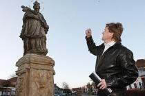 Starosta Brozan Václav Bešta u sochy.