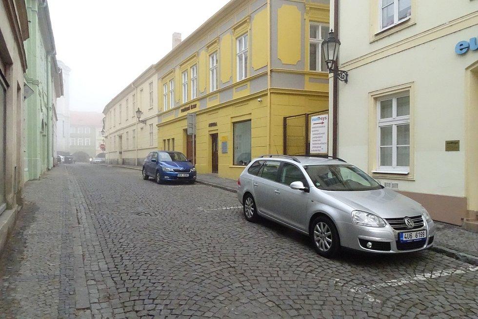 Pohled z Mostecké ulice.