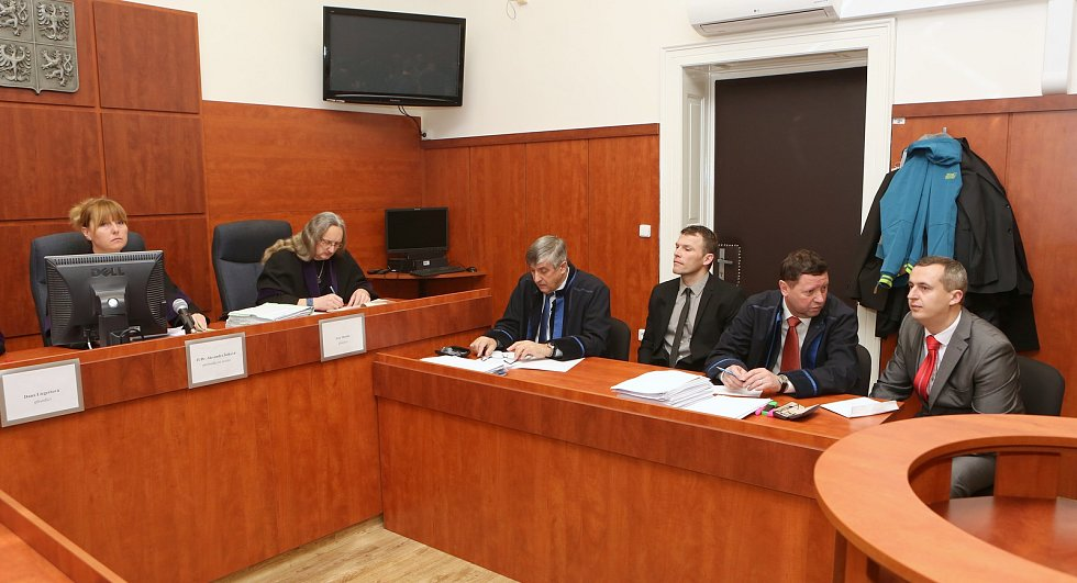 V pátek začal okresní soud v Litoměřicích projednávat kauzu šikanovaného vězně. Dozorci Miroslav Hubka (šedé sako) a Jaroslav Nepovím (černý oblek) z vazební věznice měli podle obžaloby šikanovat a týrat vězněného cizince.