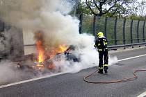 Mezi tunely Prackovice a Radejčín hořelo auto.