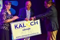 Předseda správní rady Nadačního fondu Kalich Alexandr Vondra předal výtěžek z koncertu ředitelce hospice Monice Markové a předsedovi správní rady hospice Pavlu Česalovi.
