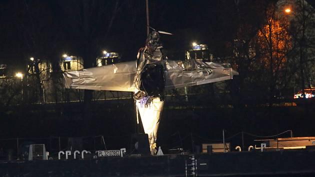 Jeřáb na plovoucím pontonu vytáhl havarované letadlo z Labe