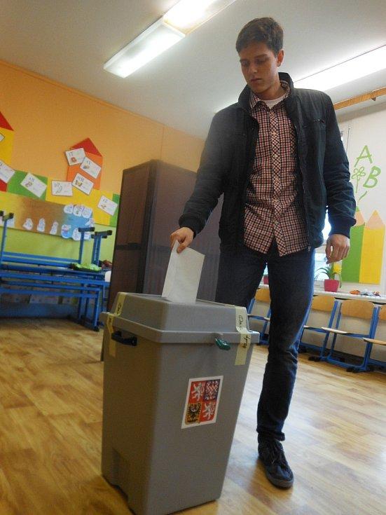 """Osmnáctiletý Tomáš Vízner volil na 7. ZŠ Havlíčkova v Litoměřicích poprvé, ač se prý o politiku moc nezajímá. """"Zkoušel jsem si volební kalkulačku. Podle toho a sympatičnost strany jsem se rozhodoval. Je proevropská,"""" říká"""