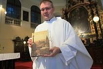 Na snímku je se sborníkem farní vikář katedrály sv. Štěpána, otec Martin Davídek.