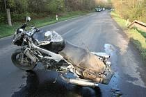 Nehoda motorkáře mezi Budyní nad Ohří a Libochovicemi.