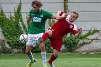 SOUBOJ. Fotbalisté z Chomutova (vlevo) v Brozanech neuspěli.