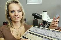 Na snímku u mikroskopu cytotechnoložka Jolana Rumlová.