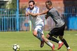 Fotbalová příprava Slaný (v bílém) - Brozany. V bílém uniká Vašák