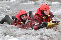 Hasiči na píšťanském jezeře cvičili záchranu tonoucího z ledu.