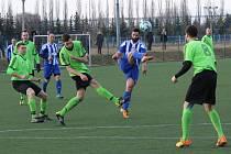 Fotbalisté Dušníků (zelenočerní) v zápase proti Roudnici, ilustrační foto