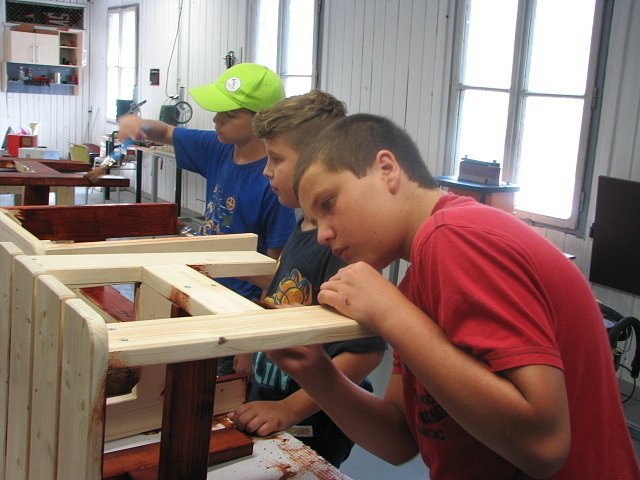 Účastníci tábora dokončili výrobu štokrlat lakováním.