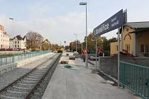 NAMÍSTO 7 KOLEJÍ JEN 3. Po modernizaci, jejímž investorem je SŽDC, získalo horní nádraží v Litoměřicích zcela nový vzhled. Novinkou jsou například vyvýšená nástupiště.