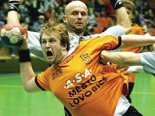 BOJOVALI. Lovosičtí házenkáři nastoupili proti Karviné bez respektu. Na snímku je faulován Ivo Havel.