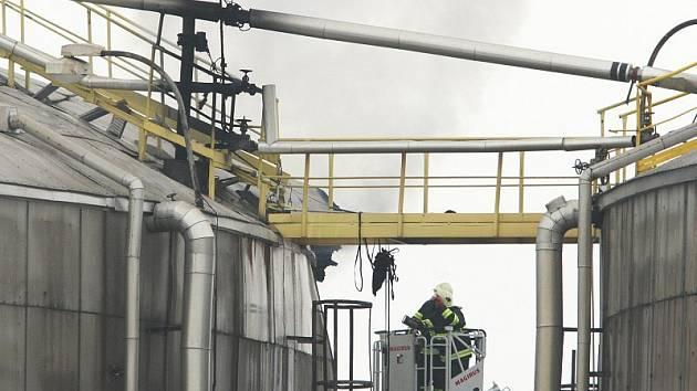 Ve čtvrtek dopoledne došlo k výbuchu a následnému požáru zásobníku na mazut v energetickém bloku papírny Mondi ve Štětí.