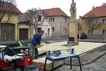 Na náměstí T. G. Masaryka v Budyni vrcholí práce na rozšíření pomníku