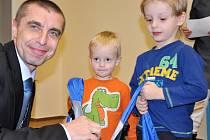 Mezi dětmi, které převzaly od místostarosty Pavla Grunda drobné dárky, byli i Mareček a Filípek Kárníkovi.