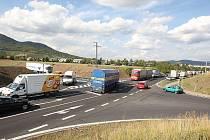 OD ÚTERNÍHO uzavření části silnice I/8 se situace v okolí Lovosic spíše horší. První nehoda v těchto místech na sebe nenechala dlouho čekat. Tři auta se zde srazila již v úterý před osmnáctou hodinou.