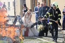 V pátek proběhla v Solanech na Litoměřicku hasičská svatba.