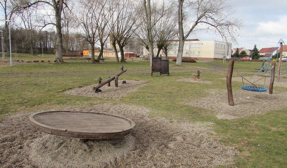 Letité kabiny v novém volnočasovém areálu, kde je i fotbalové hřiště, herní prvky pro děti a odpočinková zóna s lavičkami a zelení, čeká demolice. Obec chce postavit nové.