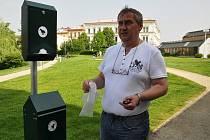 Jak názorně předvedl ředitel Technických služeb města Ivo Elman, koš je složen ze dvou částí – v horní uzamykatelné části  jsou k dispozici igelitové sáčky, dolní slouží k vyhazování odpadu.  První koš byl instalován v parku Václava Havla.