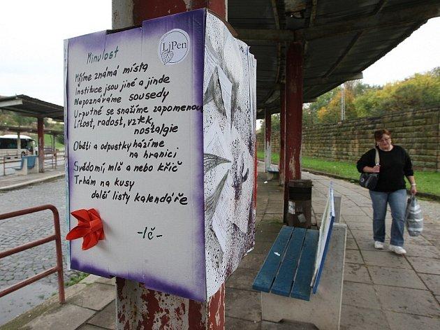 Texty na kartonových krabicích umístěných přímo na nástupištích baví kolemjdoucí na autobusovém nádraží v Litoměřicích