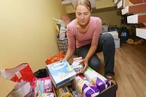 Pracovnice Diecézní charity Litoměřice Edith Kroupová třídí poslední ošacení a další materiál, který přinesli dárci pro imigranty před a po víkendu.