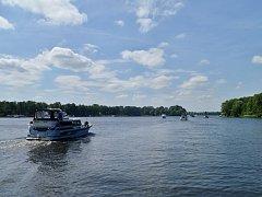 Vodní plochy okolo hlavního německého města jsou plná rekreačních i sportovních lodí.